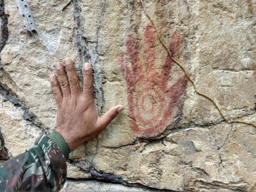 """A imponente pintura rupestre da """"Mão do Gigante"""" na margem do Riacho Palmeira em Piracuruca"""