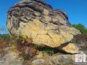 Afloramento rochoso com pichação