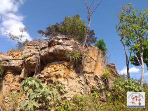 Bloco rochoso com uma caverna, arte rupestre dentro da caverna totalmente depredada