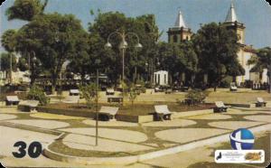 """Praça Irmãos Dantas - Piracuruca-PI - Reconstruída em 1985, localizada no adro da Igreja Matriz de Nossa Senhora do Carmo em Piracuruca-PI; topônimo que, em língua indígena significa """"peixe que ronca""""."""
