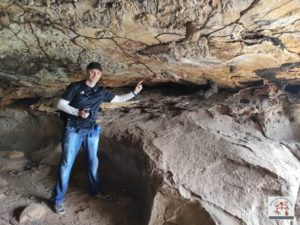 Registro das pinturas rupestres na parede superior da gruta