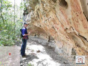 Abrigo sobre rocha onde ocorrem as pinturas