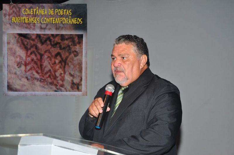 José Luiz de Carvalho festeja os vinte anos da Coletânea de Poetas Buritienses Contemporâneos