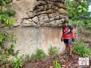 Índio Apache, ao lado do painel com arte rupestre