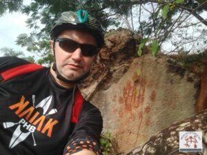 F Gerson Meneses, ao fundo o painel com arte rupestre