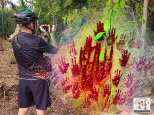F Gerson Meneses fotografando o painel com arte rupestre (imagem editada e estilizada)
