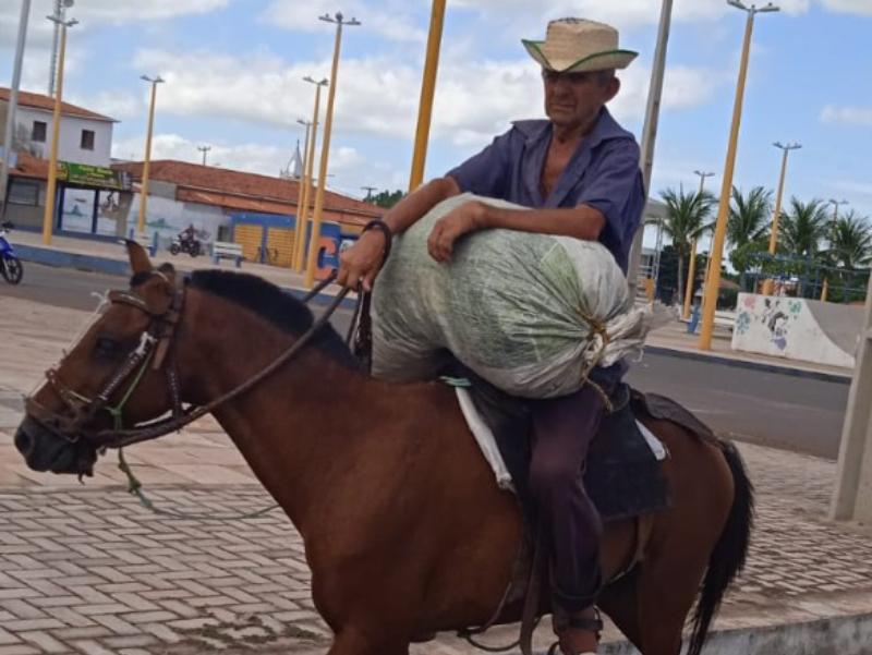 João Siana e seu pangaré de ouro, um dos vaqueiros mais antigos de Cocal-Piauí